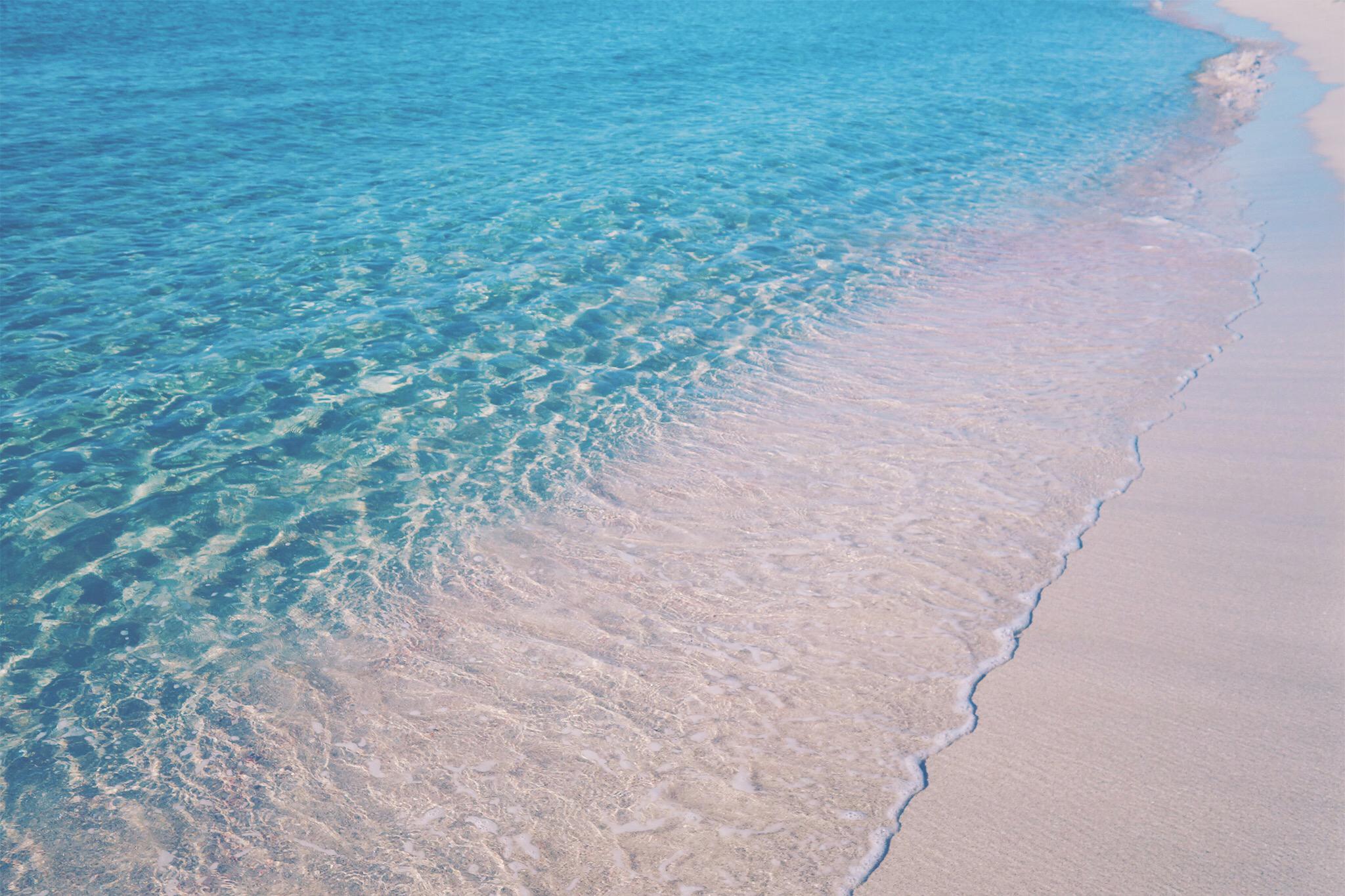 透明度が高い綺麗な海の写真