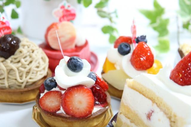 ショートケーキ、モンブラン、タルトなど美味しそうな5つのケーキ