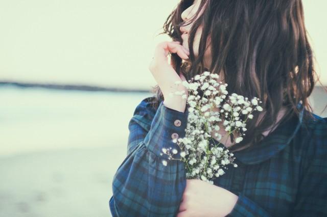 白い花をもつ女性