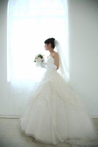 プリンセスラインドレスを着た女性