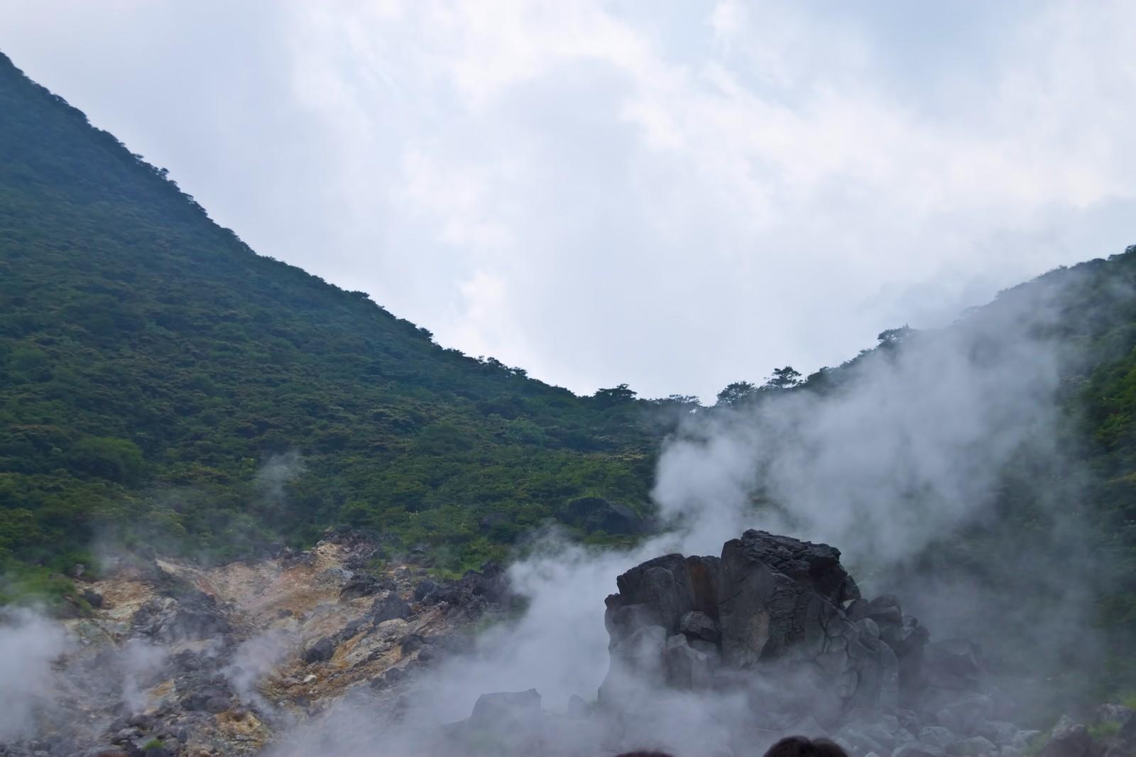 水蒸気が立ち上る大涌谷の画像