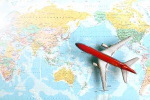 世界地図と飛行機の画像