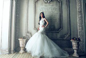 マーメイドドレスを着ている女性