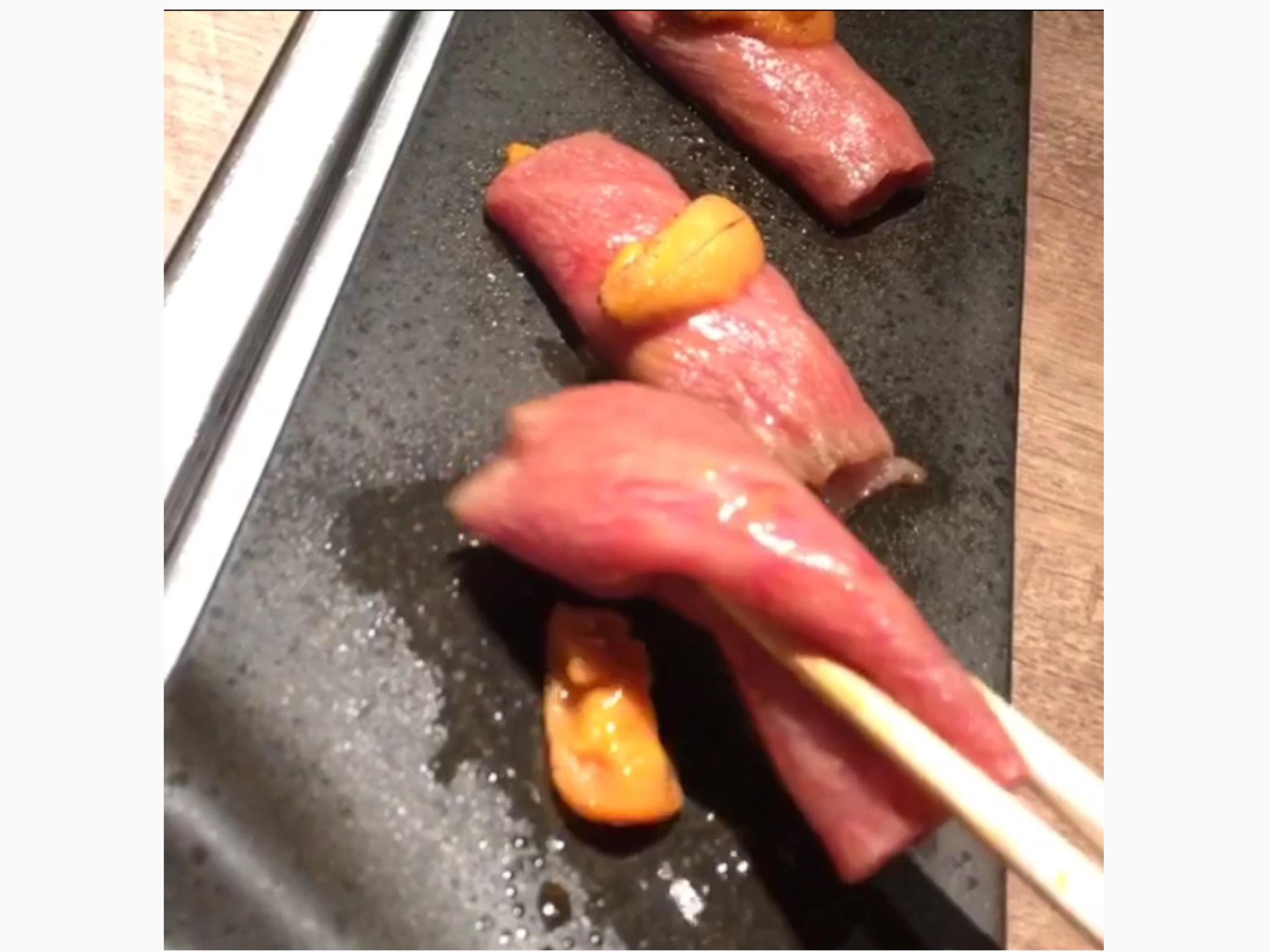 yakinikudaichiのうににくをお箸で掴む画像2