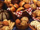 たくさんの種類のパンが並んでいる画像