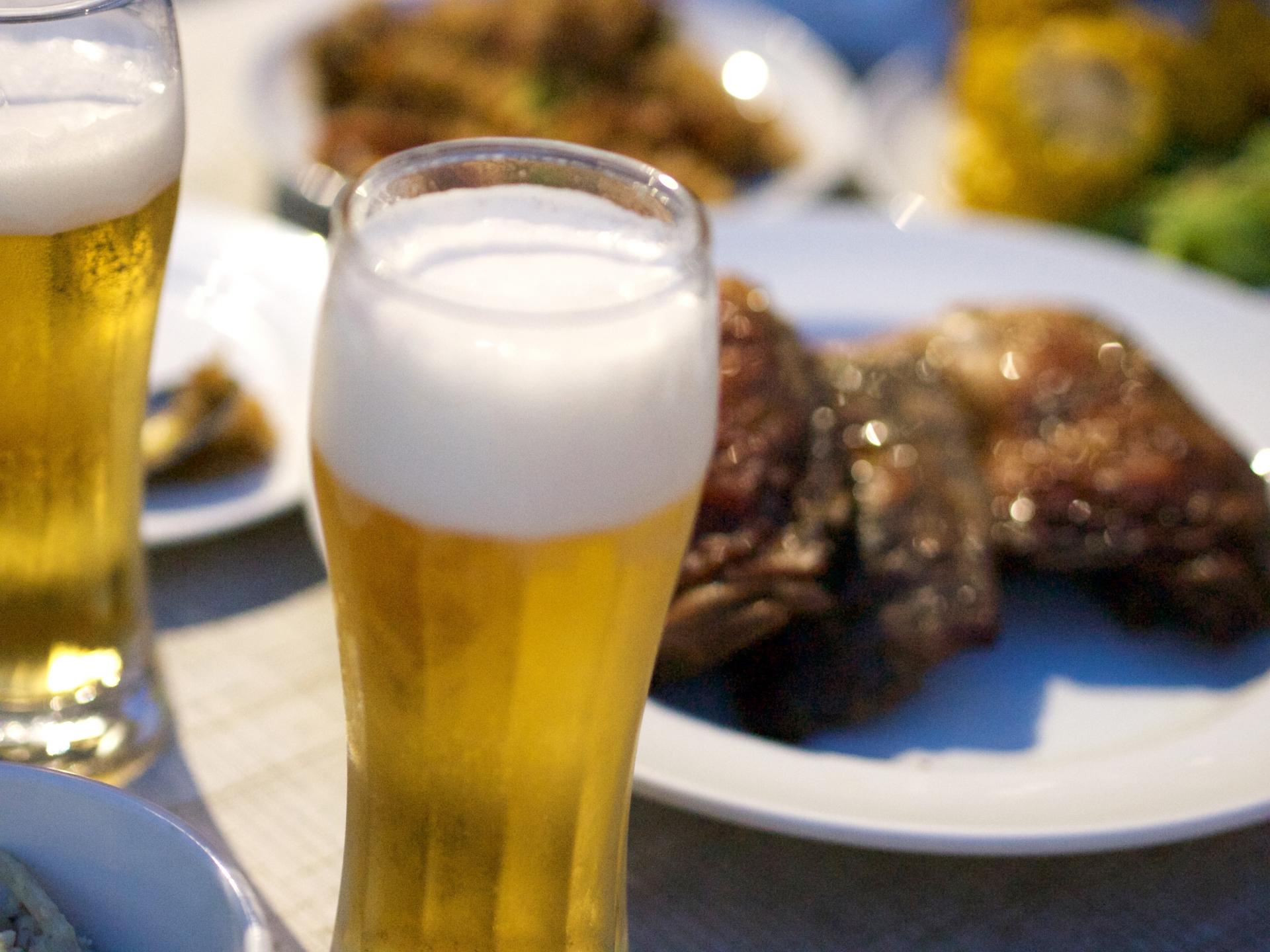 ビアガーデンのビールと料理の画像