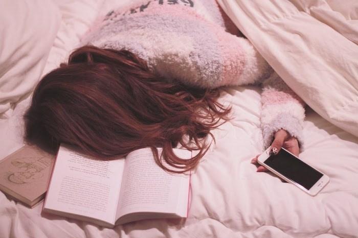 寝坊した女性の画像