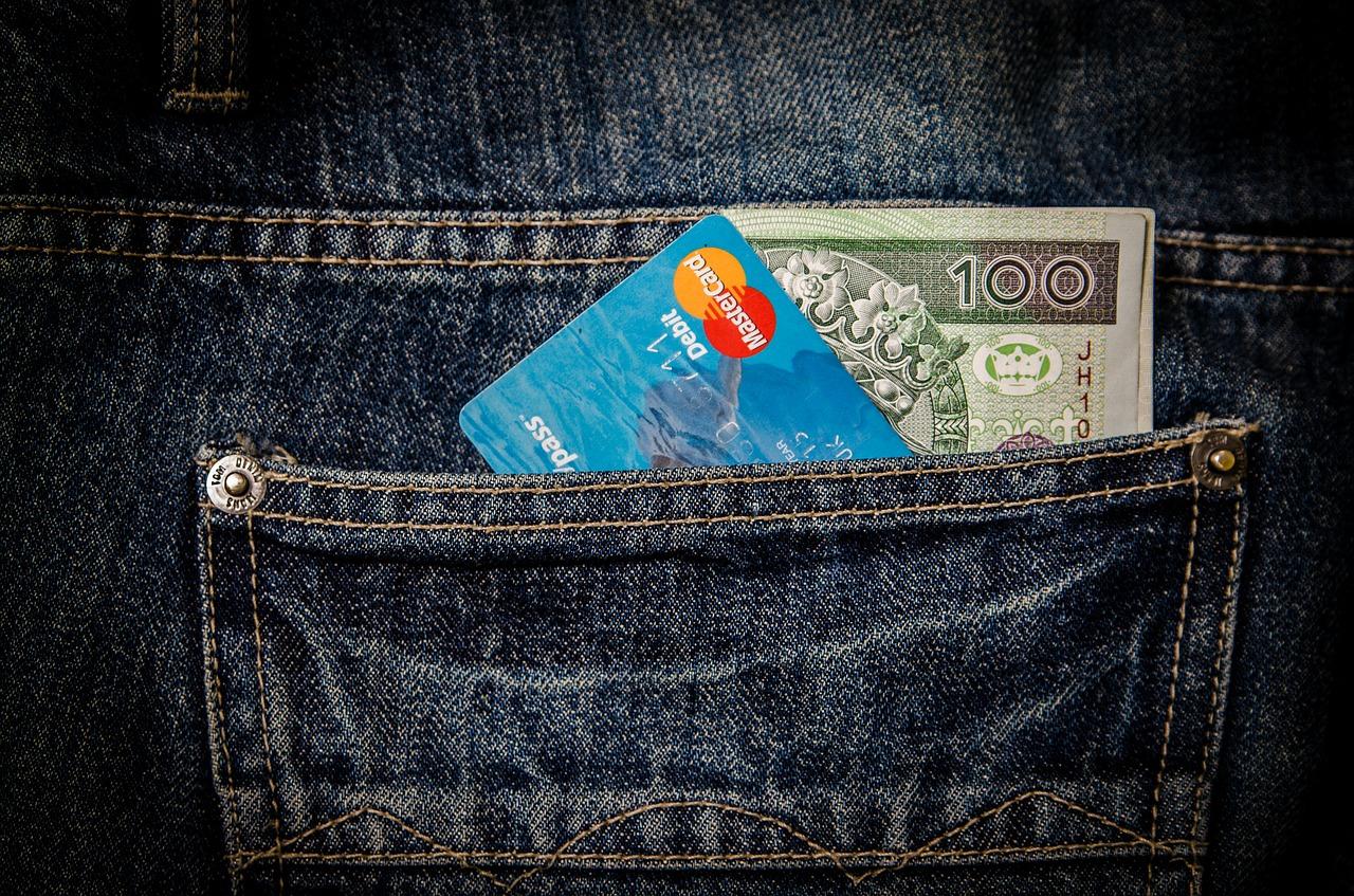 クレジットーカード入れるをポケットにの画像