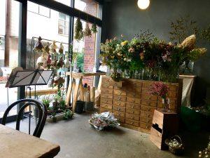 from afar 倉庫01に併設された花屋さんの画像