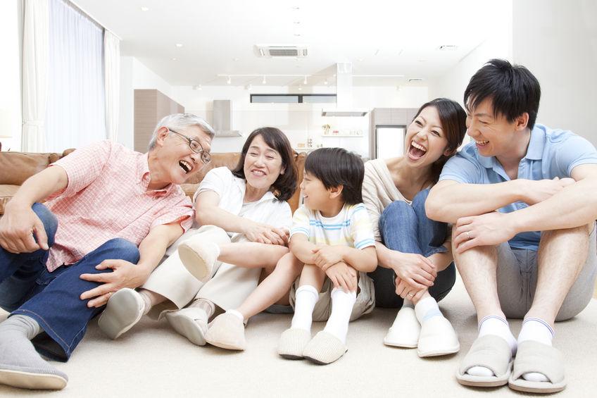 家族が笑顔で仲良くしている画像