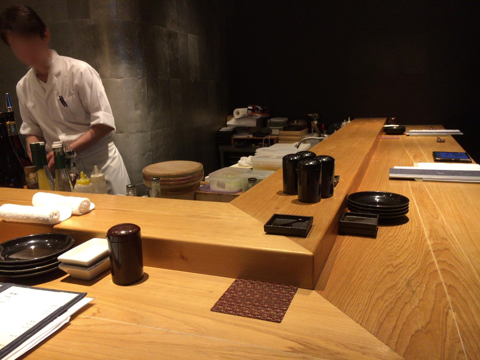 宇田川紫扇のカウンター席の画像
