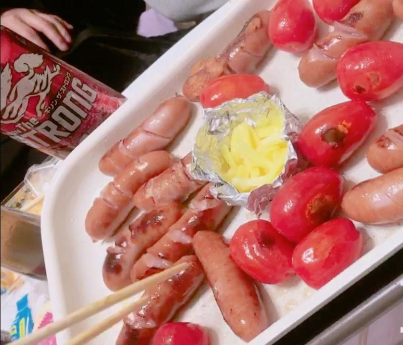 可愛いオシャレなホットプレートでウインナーとトマトを焼いているをしている画像
