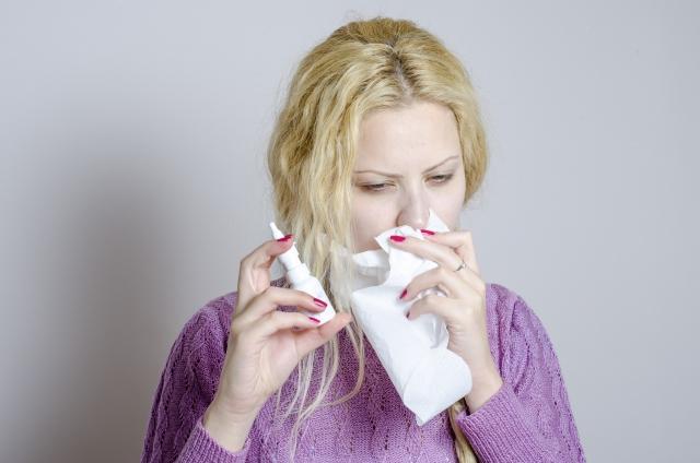 市販の点鼻薬を使いすぎると「点鼻薬性鼻炎」に!?点鼻薬連用で鼻詰まりが悪化した私の体験談【前編】