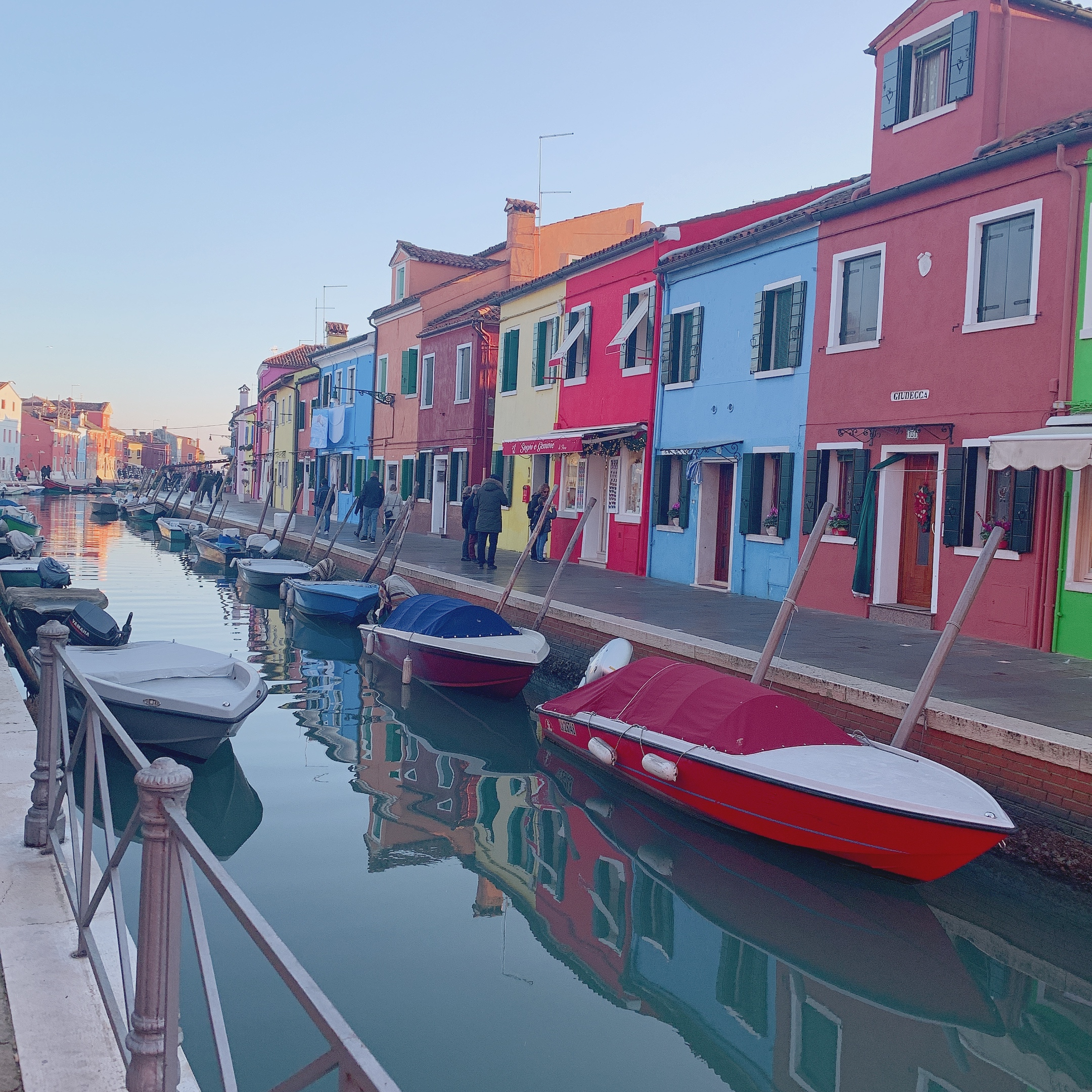 ヴェネチアブラーノ島のカラフルな家の街並みの画像