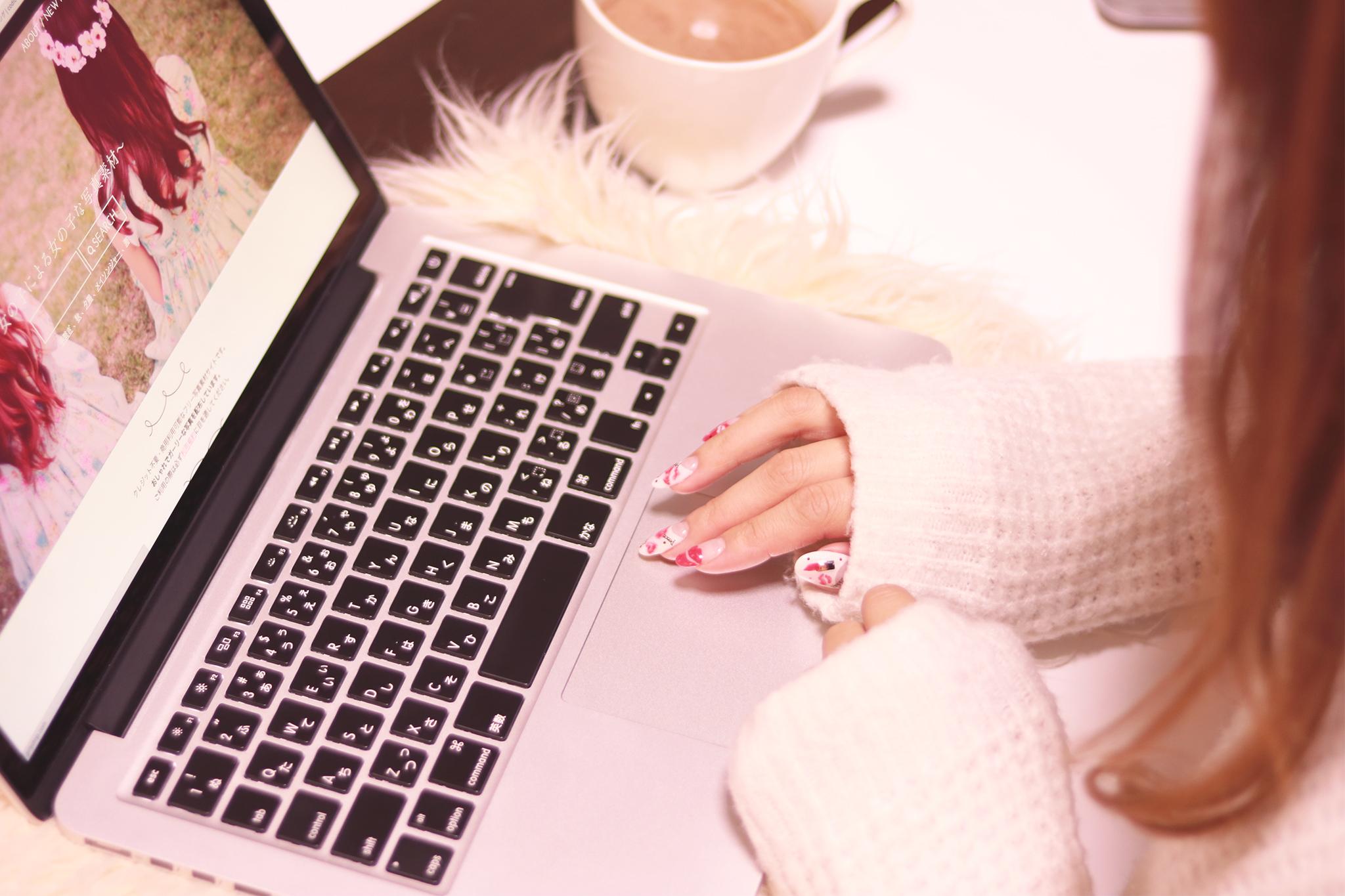 パソコンをいじっている女の子の画像