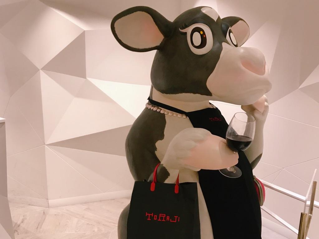 イクスピアリのトラジの入り口にいるかわいい牛