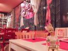 ピンクホリデーカフェのかわいい内装とバービー