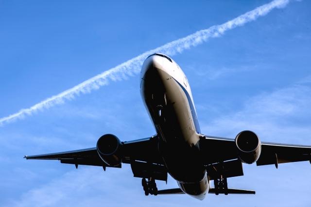 綺麗な青空を華麗に飛ぶ大型飛行機