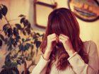 めそめそ泣いている悲しそうな女の子
