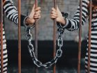 手枷と鎖を繋がれた双子の囚人